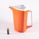 Bjarne Boデザインのプラスチック製ピッチャー Red