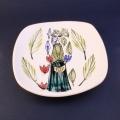 Inger Waage(インゲル・ヴォーゲ)による少女のイラスト小皿